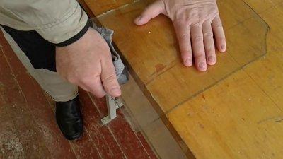 Слом разрезанного стекла об край стола