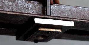 Упорная пластина с фиксатором выдвижного винта