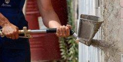 Нанесение штукатурки на стену хоппер-ковшом