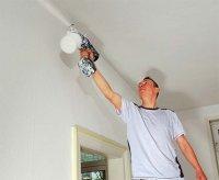 Покраска потолка электрическим краскопультом с бачком